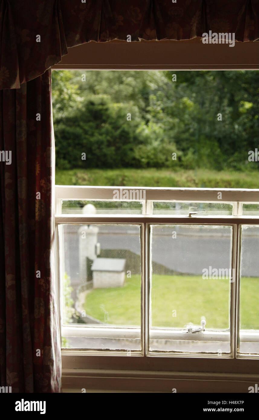 lebenden raum vorhang fenster offen anzeigen garten zimmer wohnung in einem alten geb ude. Black Bedroom Furniture Sets. Home Design Ideas
