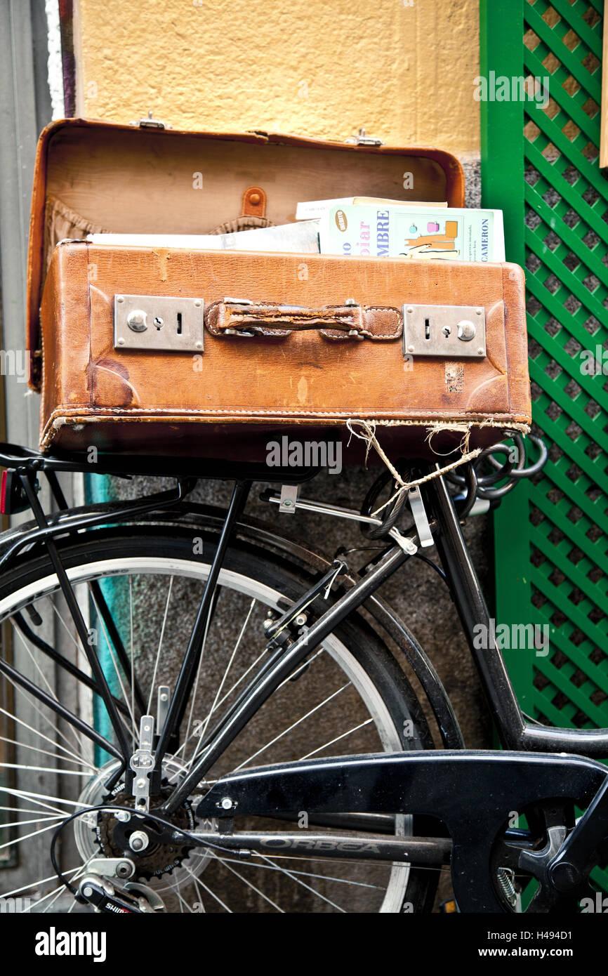 fahrrad koffer mit b chern vor buchhandlung im bereich. Black Bedroom Furniture Sets. Home Design Ideas
