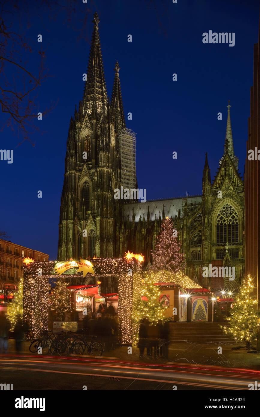 Beleuchteter Weihnachtsbaum Vor Der Kirche Stockfotos & Beleuchteter ...