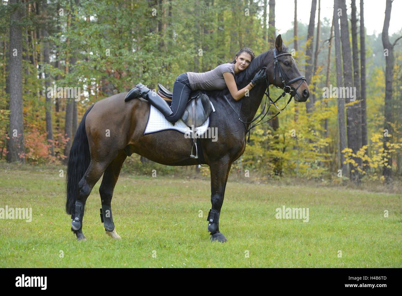 jugendliche mädchen pferd bayerische warmes blut wiese