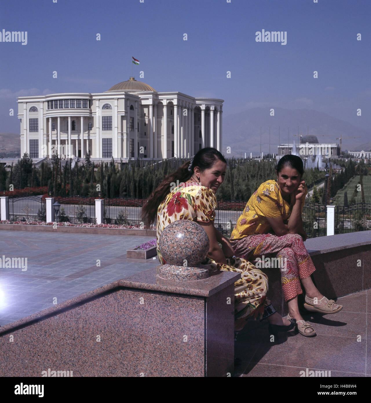 Duschanbe, Tadschikistan, zwei Frauen am Rudaki Prospekt