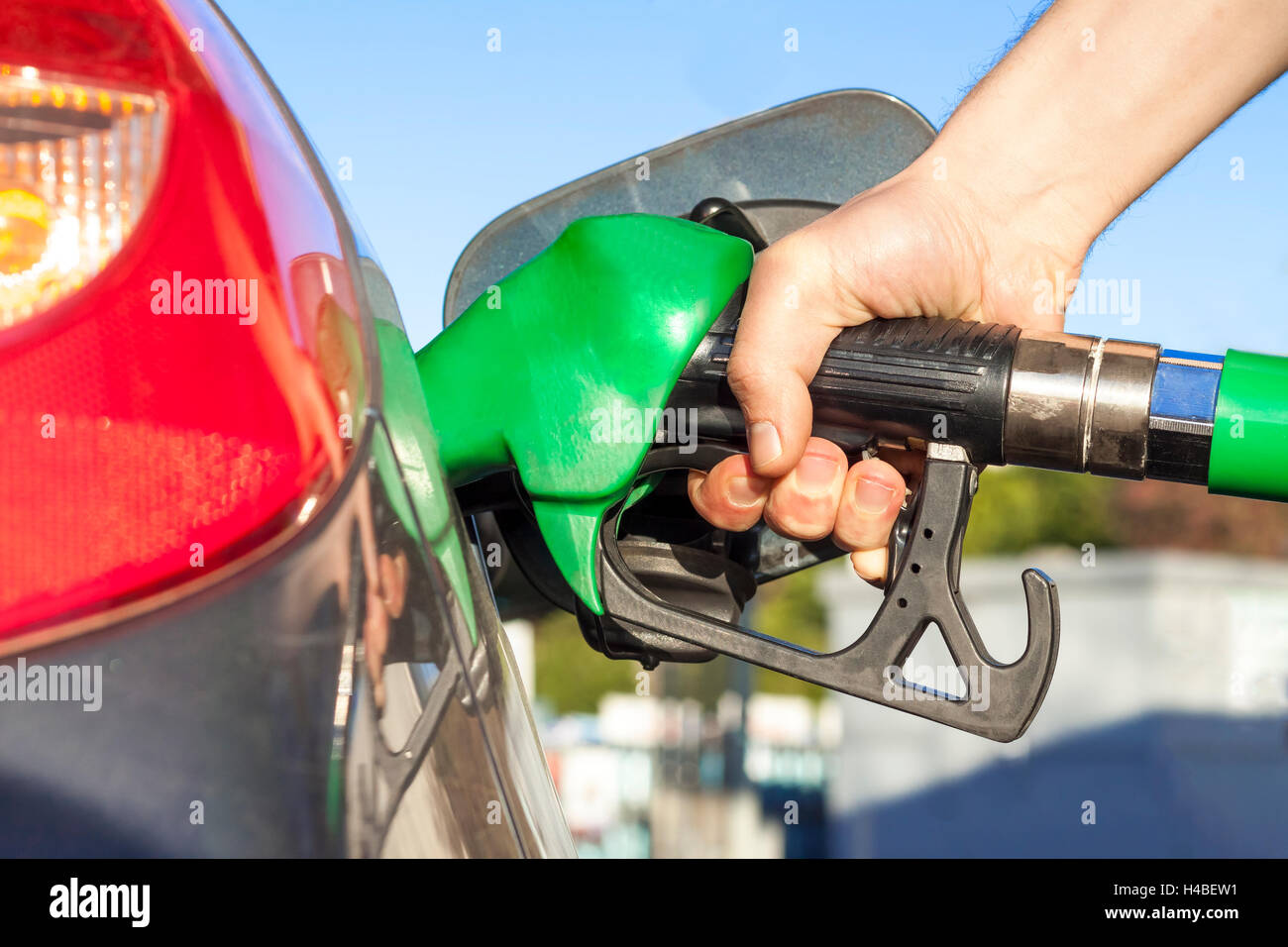 filling up gas tank stockfotos filling up gas tank bilder alamy. Black Bedroom Furniture Sets. Home Design Ideas