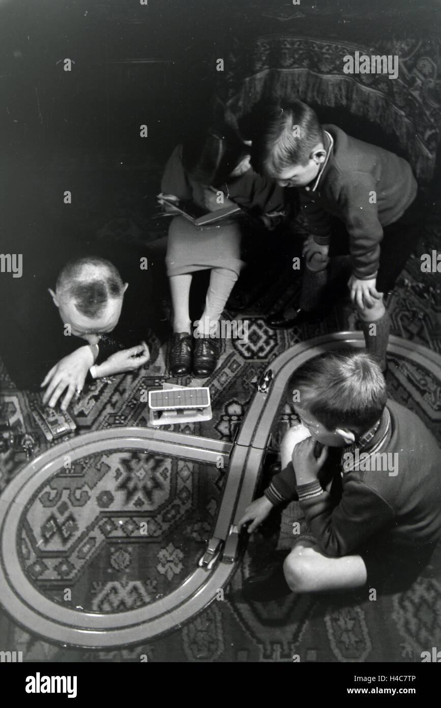 Mitglieder Einer Kinderreichen Familie Spielen Im Wohnzimmer, 1930er ...