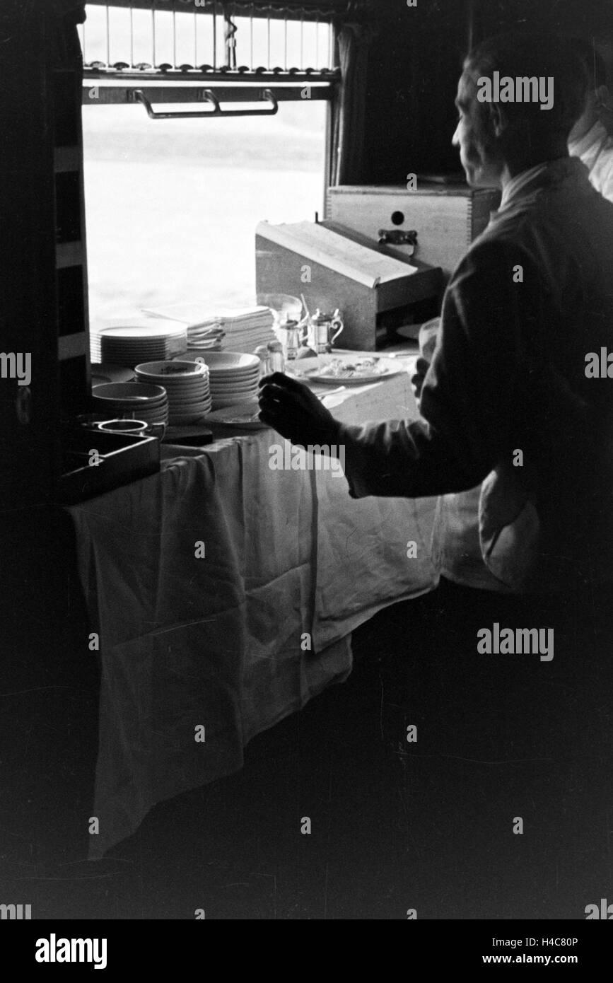 Durchreiche Von Der Kuche Zum Service In Einem Restaurant 1930er