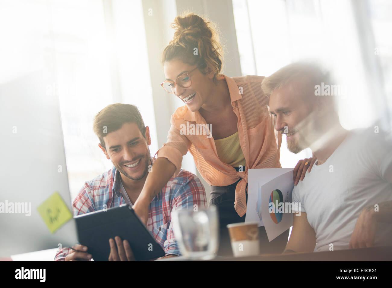 Junge Geschäftsleute arbeiten im Büro am neuen Projekt Stockbild