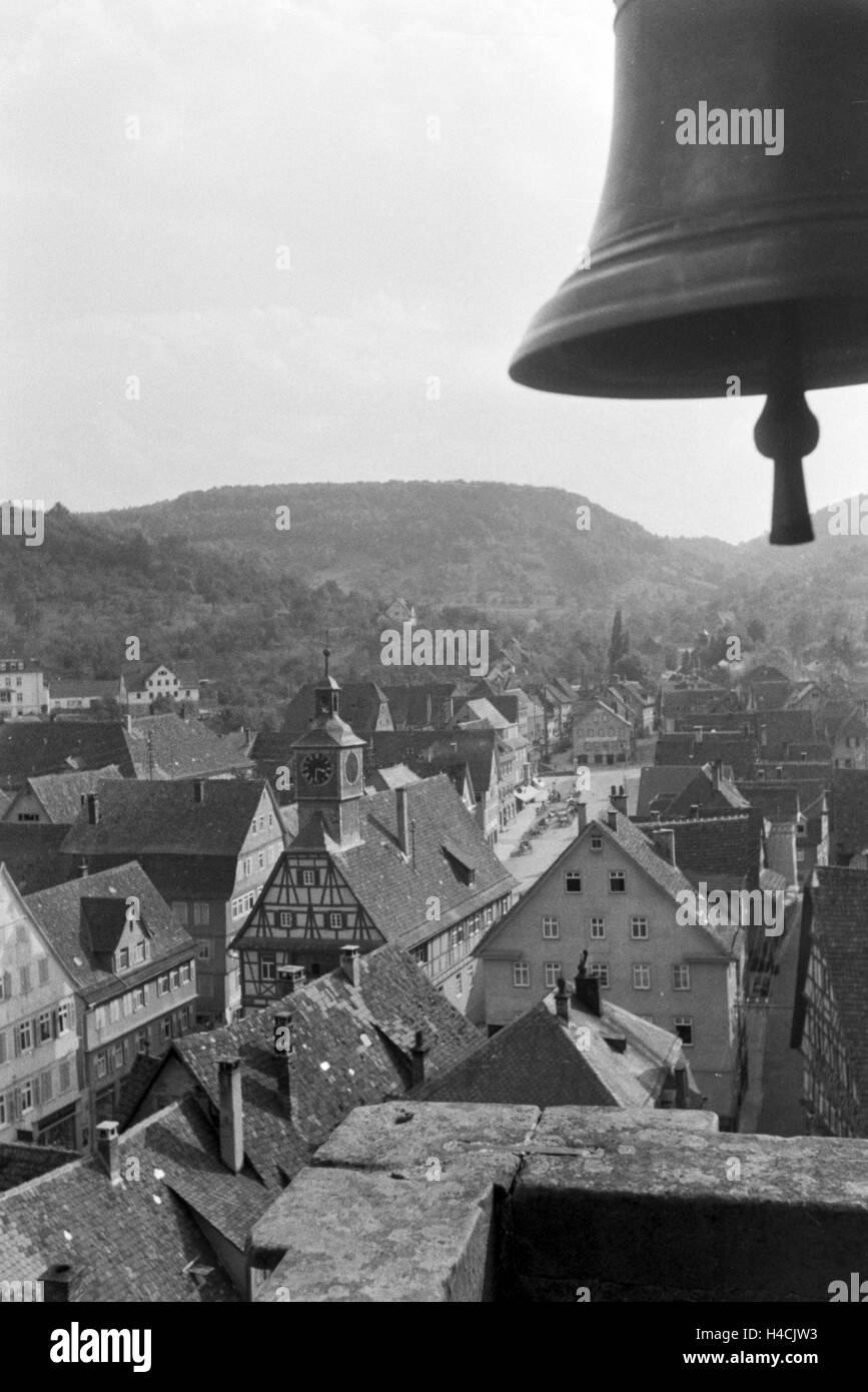 Glocke Im Krichturm Einer Kleinstadt Im Schwarzwald, Deutschland, 1930er Jahre. Glocke am Glockenturm einer Kirche, Stockbild