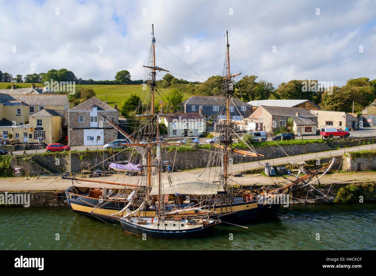 Segelschiffe vor Anker in Charlestown Dorf Hafen, Cornwall, England, UK Stockbild