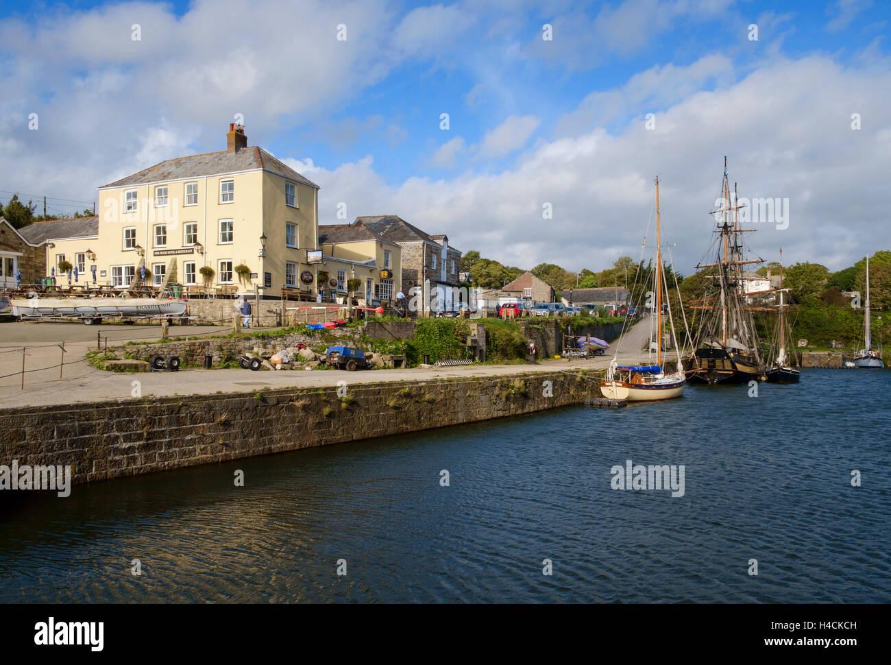 Großsegler vor Anker im Hafen von Charlestown, Cornwall, England, UK Stockbild