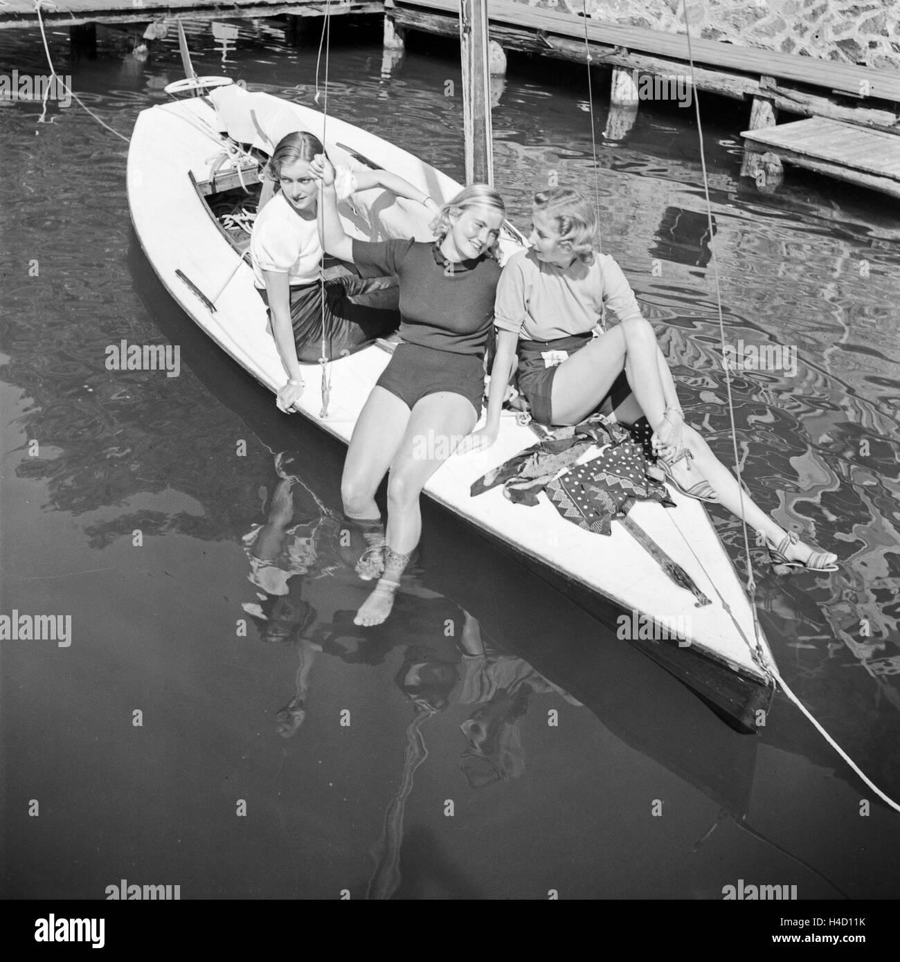 Drei Junge Frauen Auf Einem Segelboot Auf Einems finden Sie in der Wachau in Österreich, Deutschland, 1930er Stockbild