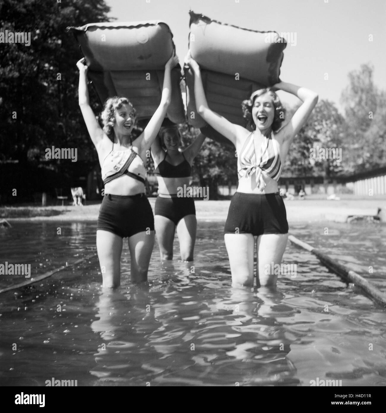 Drei Junge Frauen einrenken Ihre Luftmatratzen in Einen in der Wachau in Österreich, Deutschland 1930e Jahre Stockbild