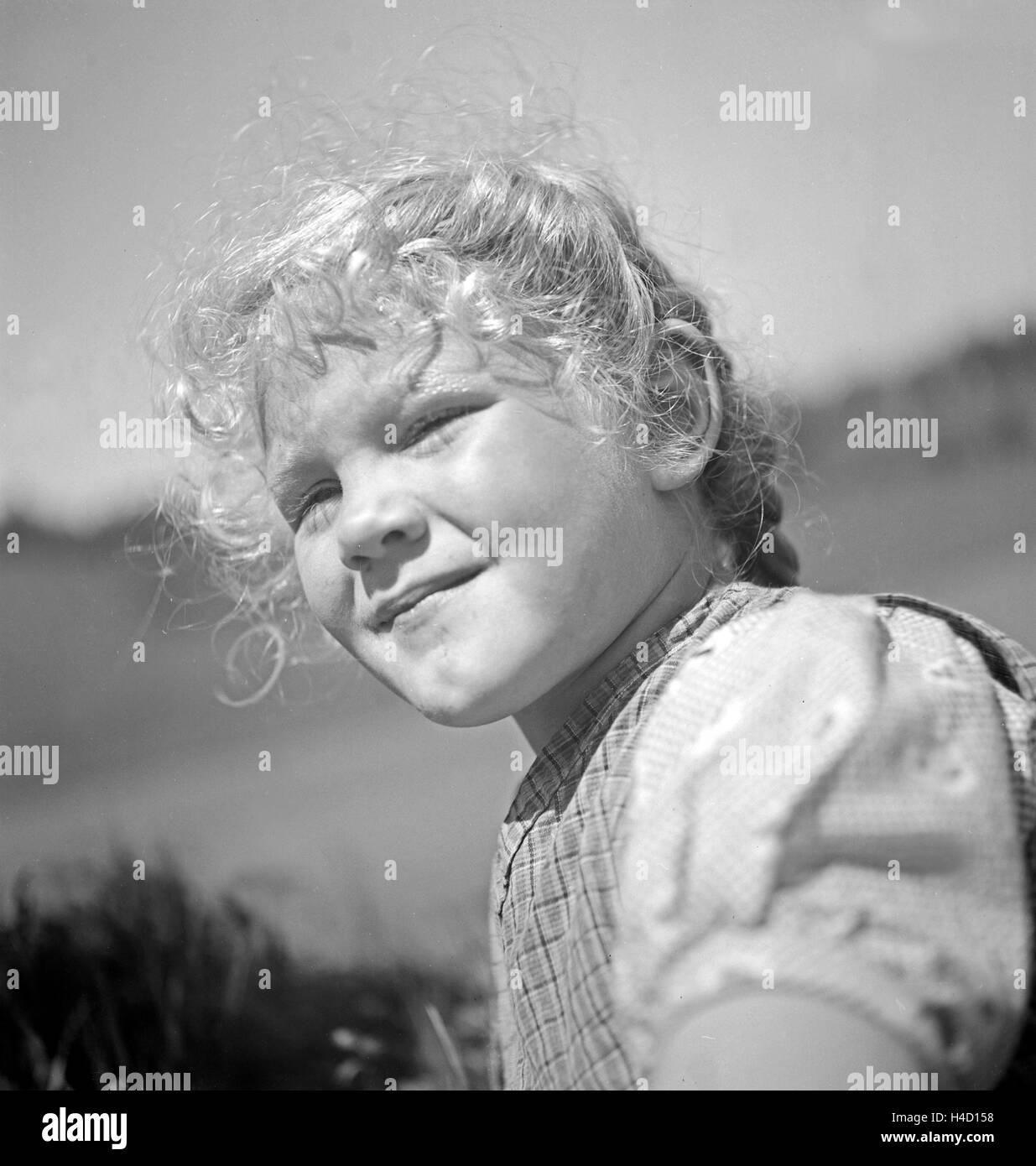 Porträt Eines Kleinen Mädchen in Den Bergen von Österreich, 1930er Jahre. Porträt eines Mädchens Stockbild