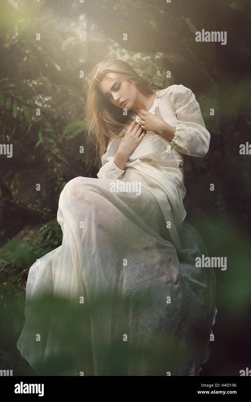 Anmutige Frau posiert in verträumten Wald. Ethereal und Fantasie Stockbild