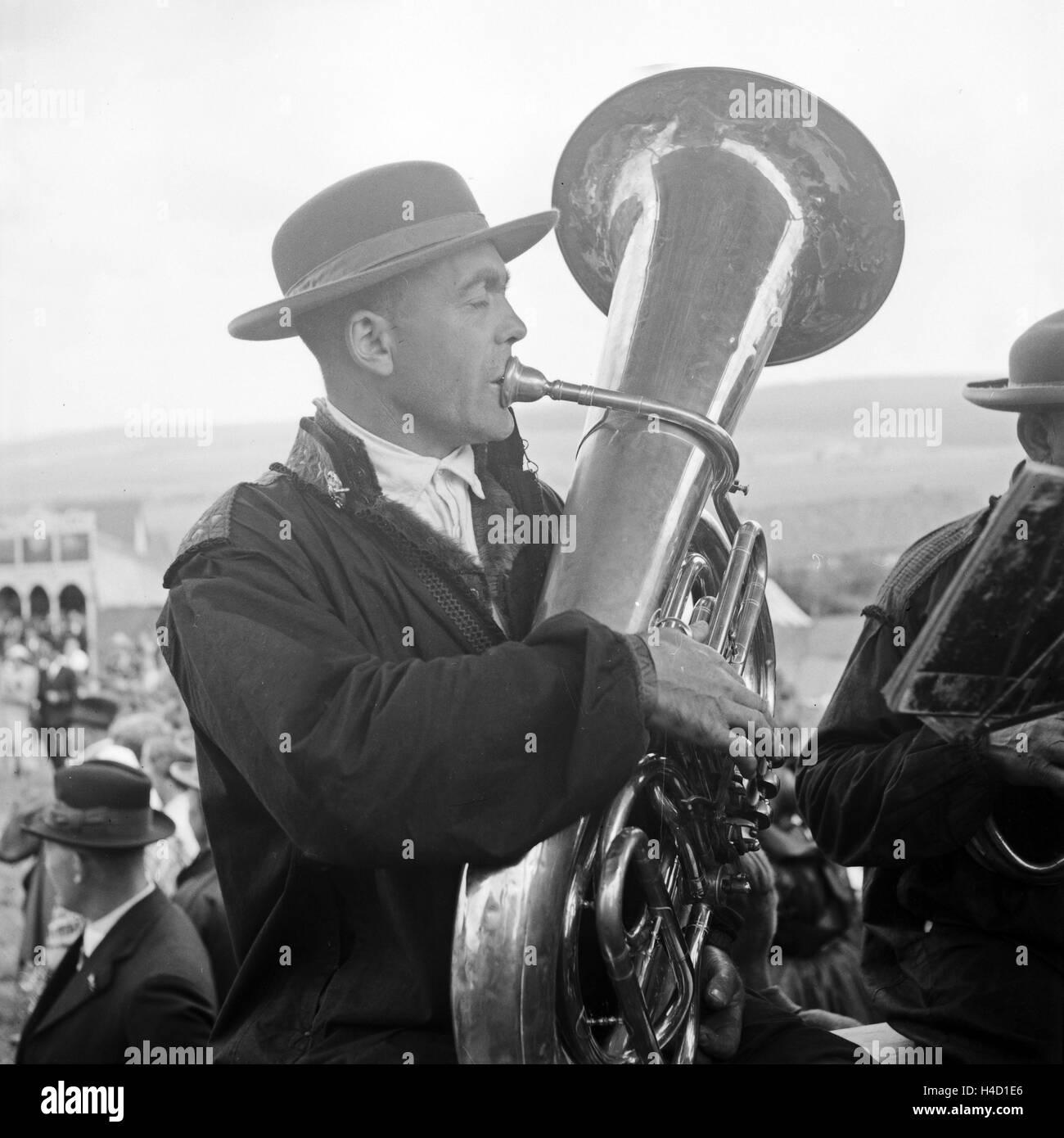 Einer der Musiker Auf Einem Bierwagen Auf Einer Vatertagstour in der Westhessischen Schwalm, 1930er Jahre Deutschland. Stockbild
