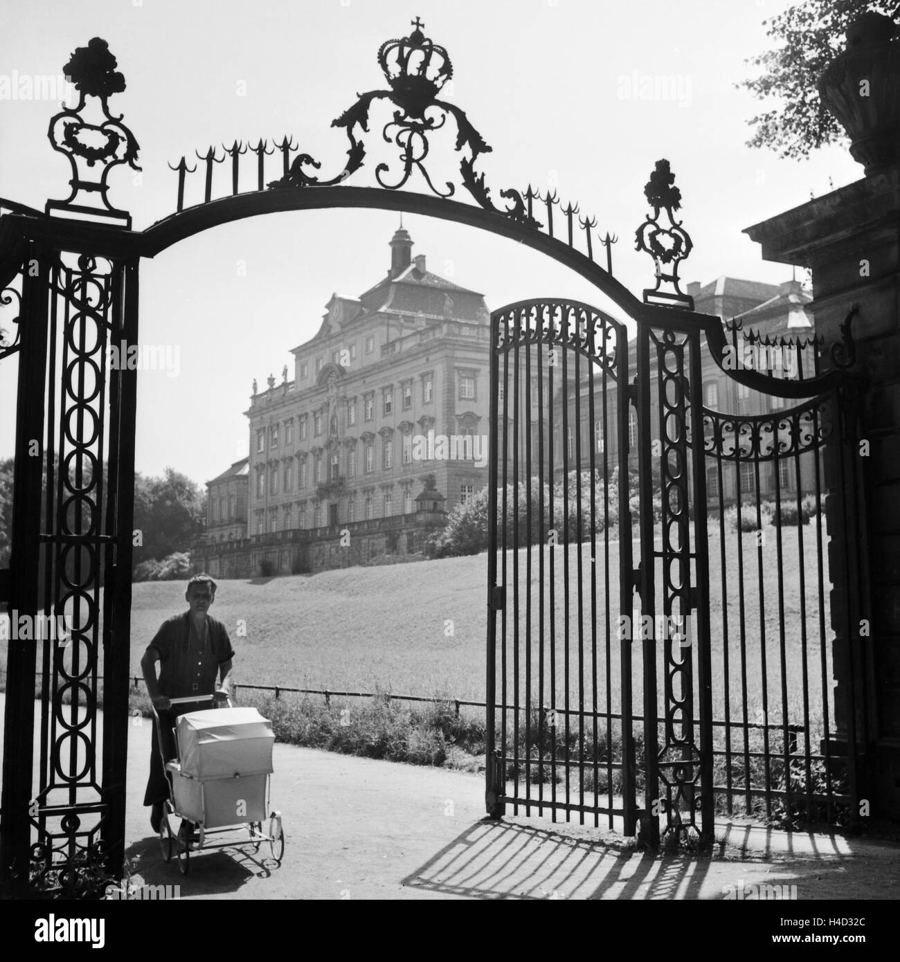 Eingang Zum Schloß in Ludwigsburg Bei Stuttgart, Deutschland, 1930er Jahre. Eingang zum Schloss in Ludwigsburg Stockbild