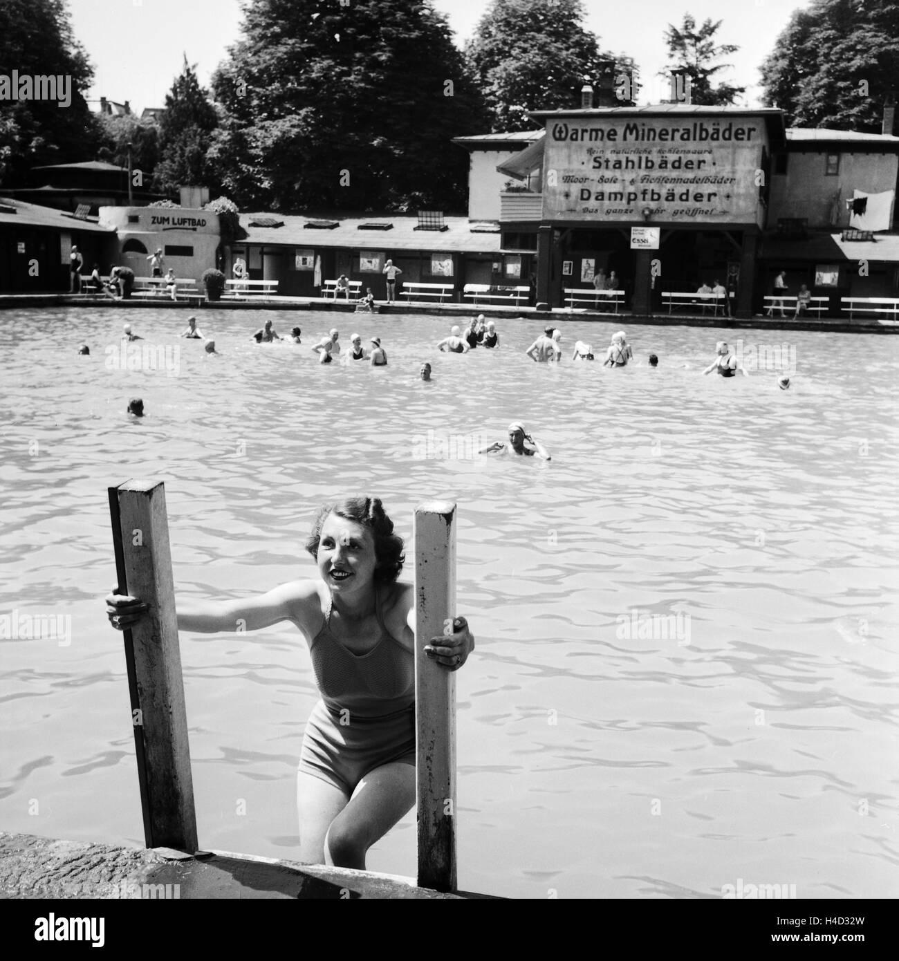 Eine Frau Steigt aus Dem Schwimmbecken Eines Mineralbads, 1930er Jahre Deutschland. Eine Frau aus einer Spa-Schwimmbad, Stockbild