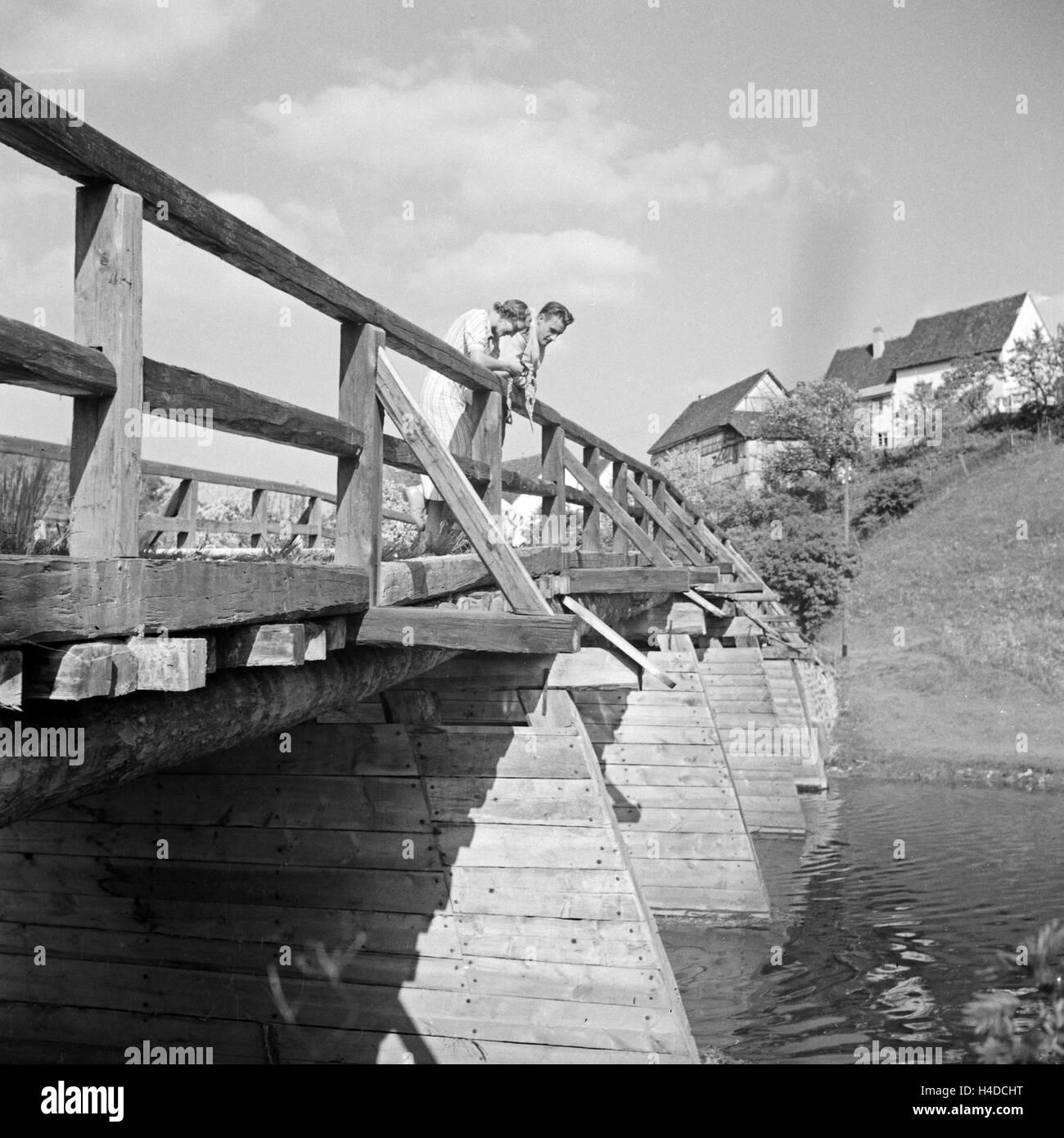 Auf der Brücke Nach GUtenstein Bei Sigmaringen, Deutschland 1930er Jahre. Auf der Brücke zu Gutenstein Stockbild