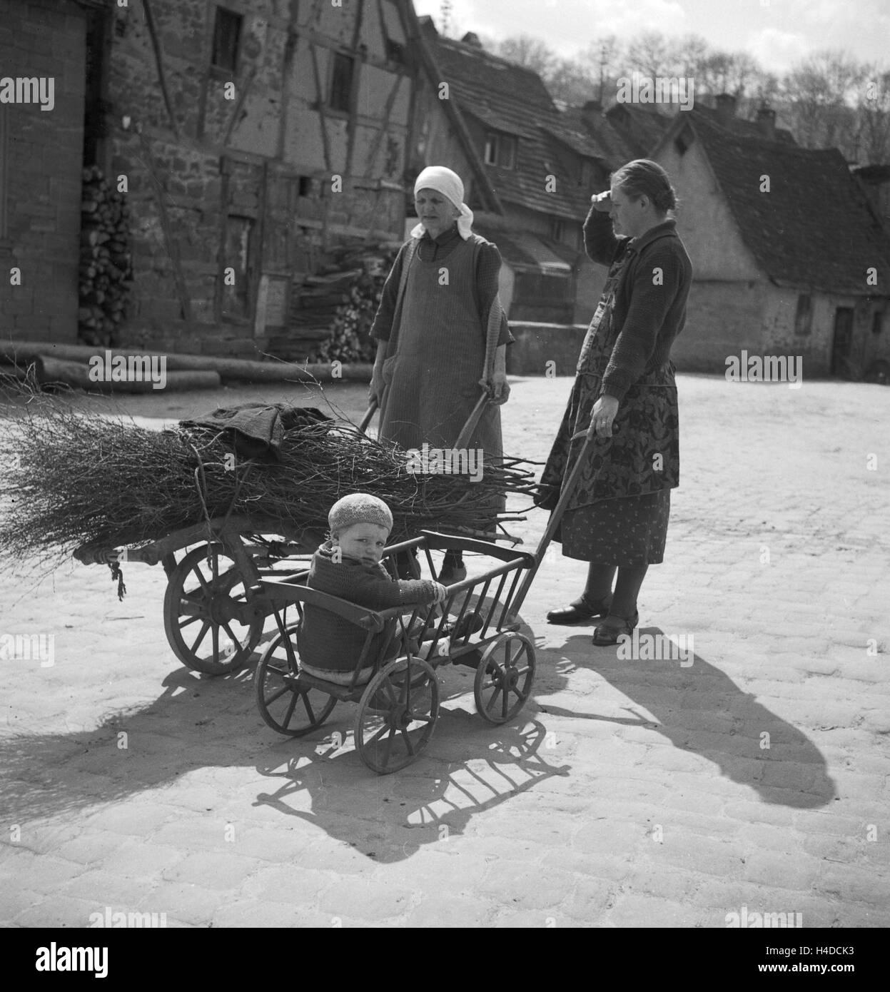 Bauersfrauen Mit Ihren Kinder, 1930er Jahre Deutschland. Frauen mit ihren Kindern, Deutschland der 1930er Jahre. Stockbild