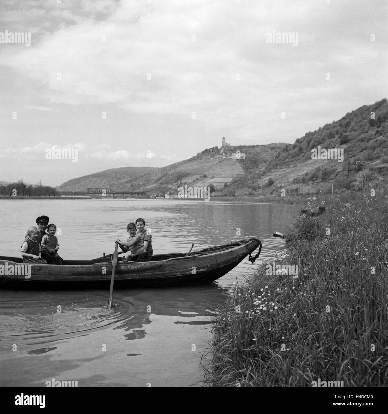 Partie Auf Dem Neckar Bei Hornberg, Deutschland 1930er Jahre. Familie auf einem Ruderboot am Fluss Neckar in der Stockbild