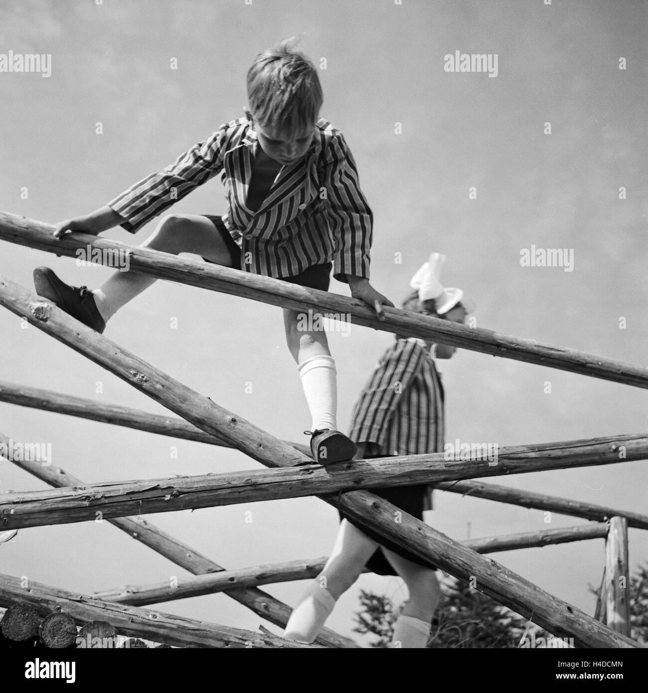Kinder Spielen Und Klettern Auf Einem Holzgerüst in Deutschland, 1930er Jahre. Kinder spielen und Klettern Stockbild