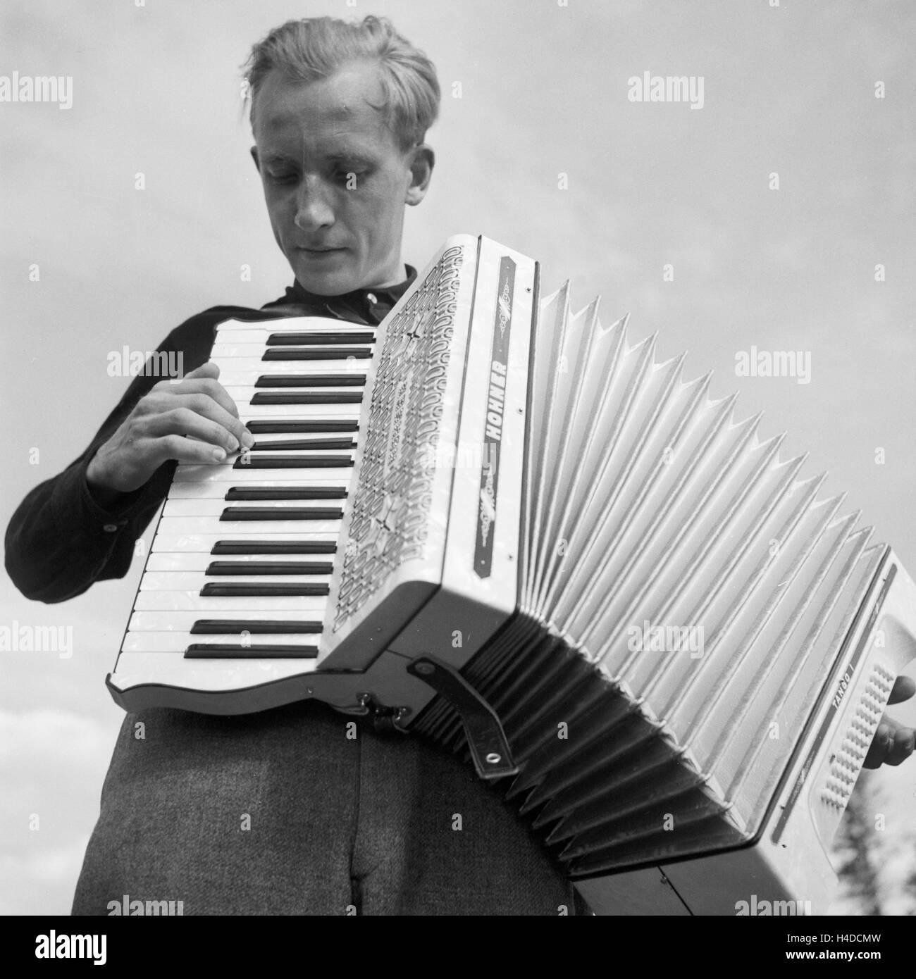 Ein Junger Mann Spielt Akkordeon, 1930er Jahre Deutschland. Ein junger Mann das Handorgelspiel, Deutschland der Stockbild