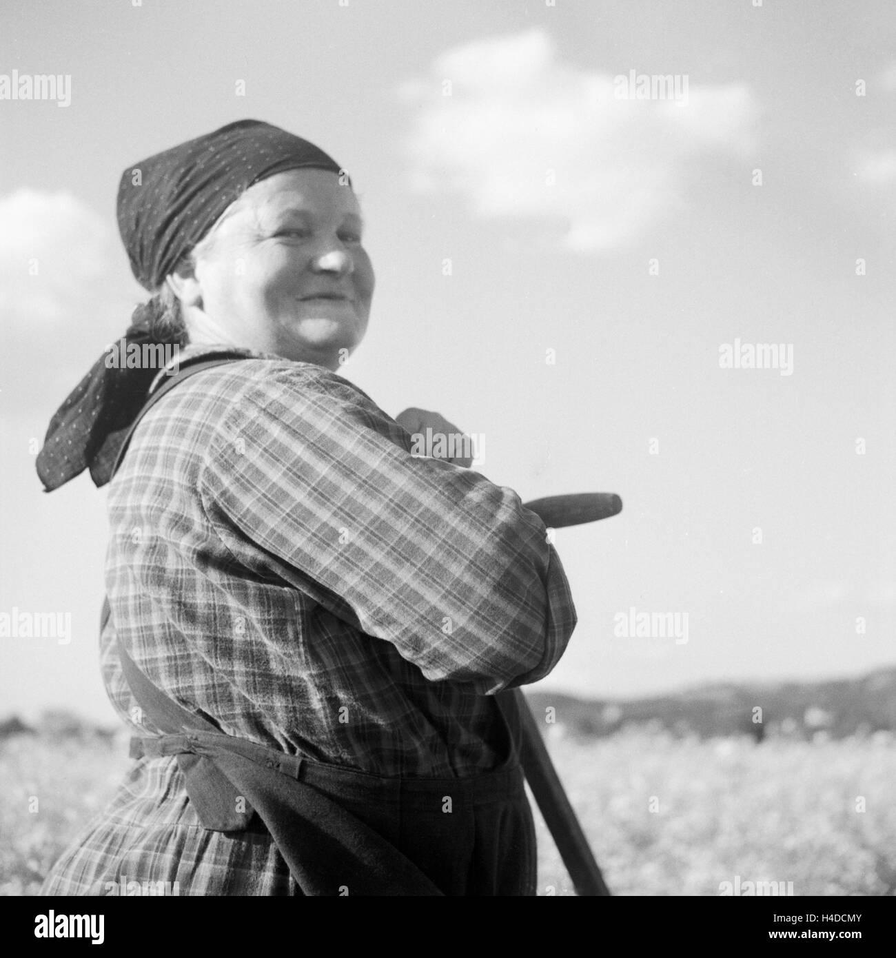 Eine Zufriedene Bauersfrau, 1930er Jahre Deutschland. Eine glückliche Bäuerin, Deutschland der 1930er Stockbild
