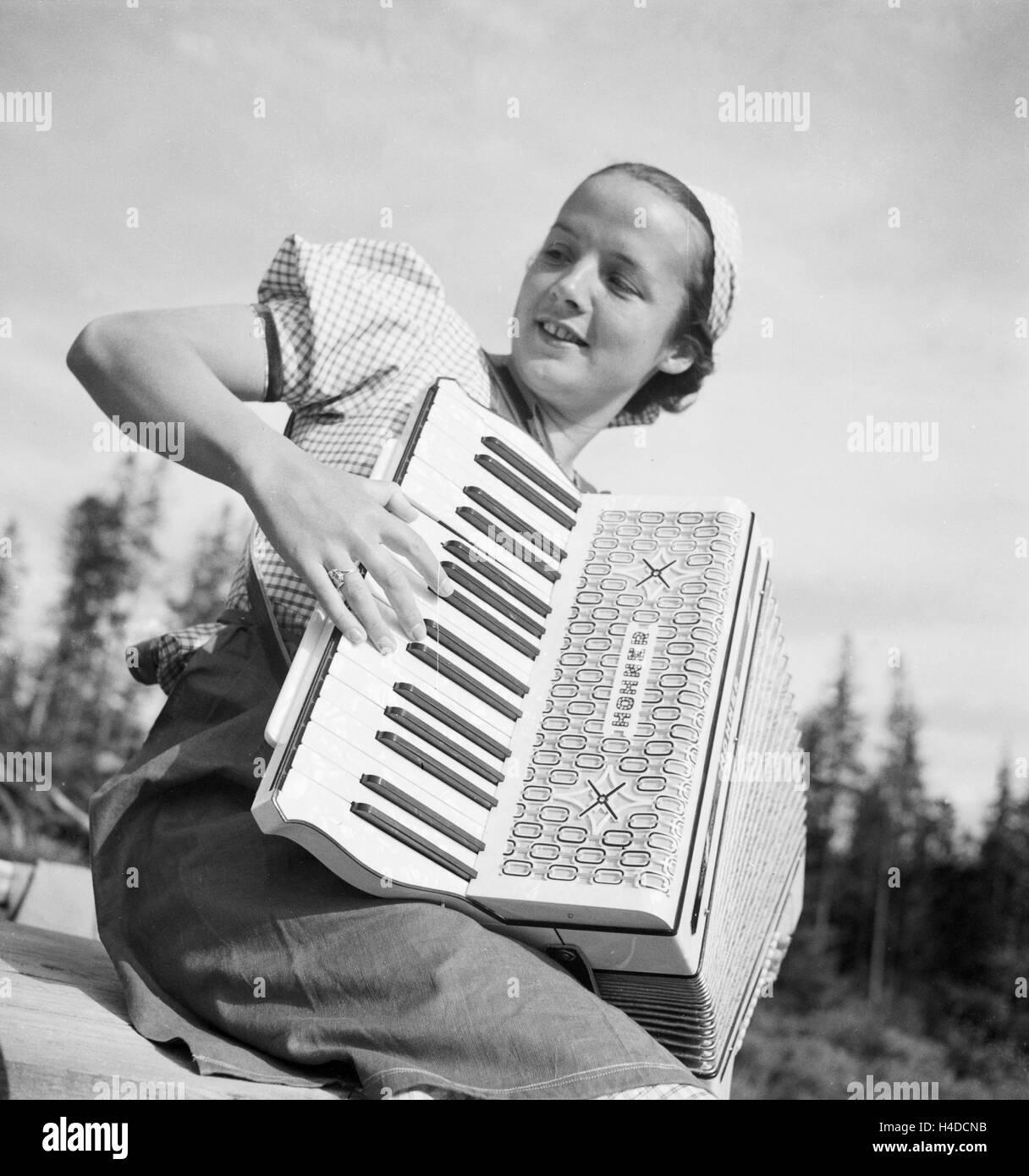 Eine Junge Frau Mit Einem Akkordeon, 1930er Jahre Deutschland. Eine junge Frau spielt Akkordeon, Deutschland der Stockbild