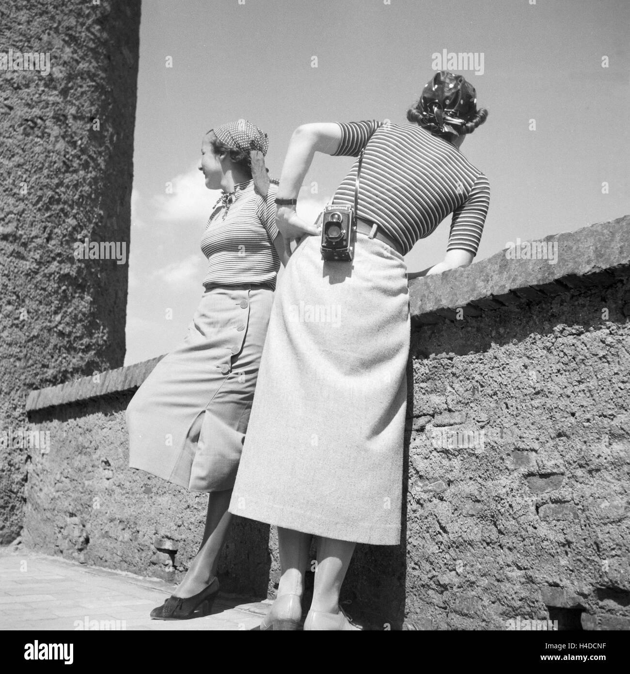 Zwei Frauen Mit der Kamera Auf Besichtigungstour, Deutschland 1930er Jahr. Zwei Frauen mit einer Kamera auf eine Stockbild