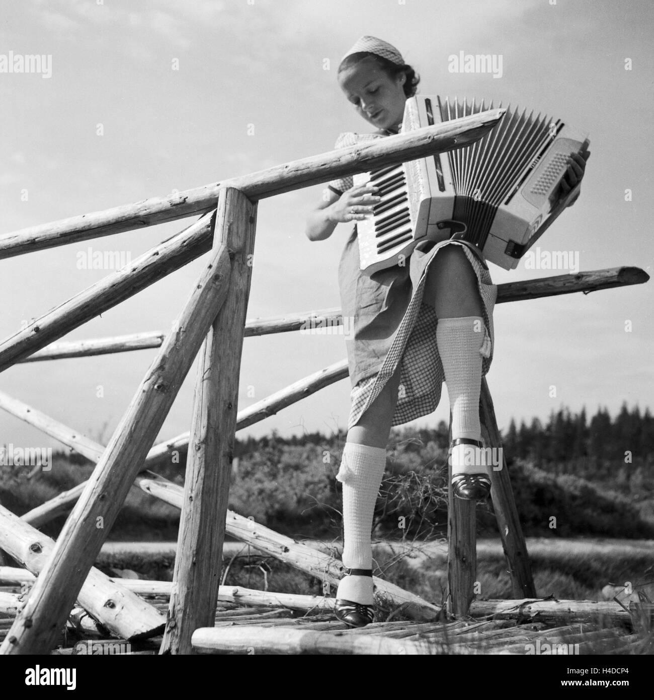 Eine Junge Frau Musiziert Mit Einem Akkordeon, 1930er Jahre Deutschland. Eine junge Frau spielt ihr Akkordeon, Deutschland Stockbild