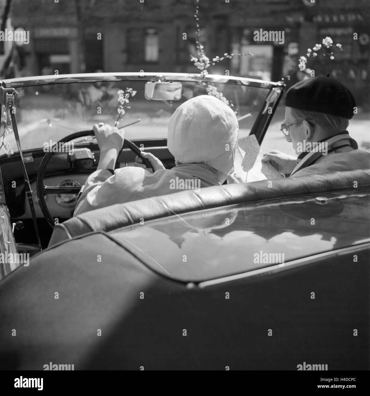 Ein Mann Und Eine Frau in Einem Ford Eifel Cabrio, Deutschland 1930er Jahre. Ein Mann und eine Frau in einem Ford Stockbild