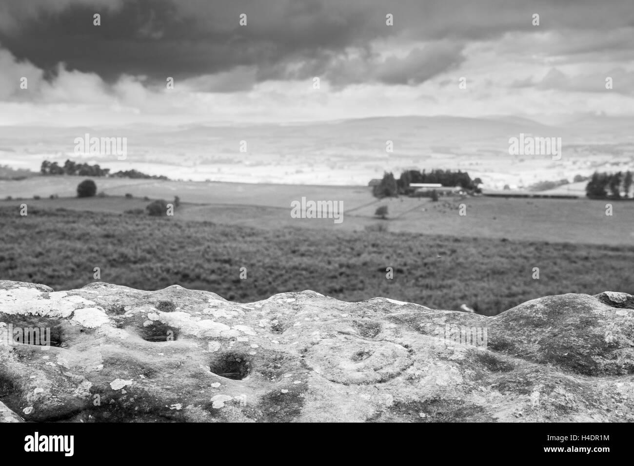 Alten prähistorischen Tasse und Ring Markierungen, Schnitzereien, Felsmalereien in Lordenshaws, Simonside oben Rothbury Stockfoto