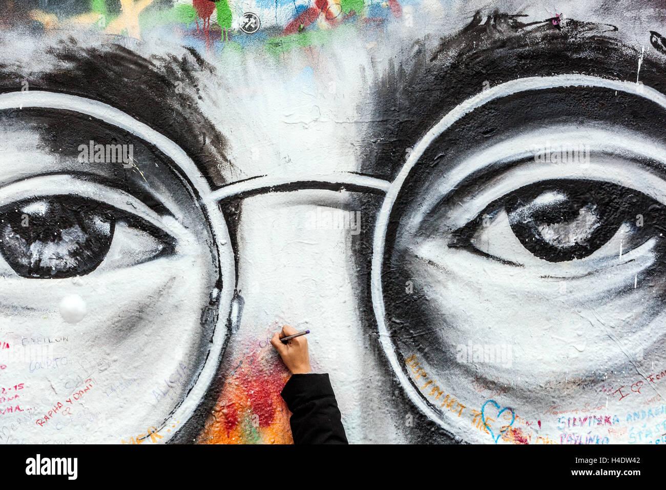 John Lennon Glasses Stockfotos & John Lennon Glasses Bilder - Alamy