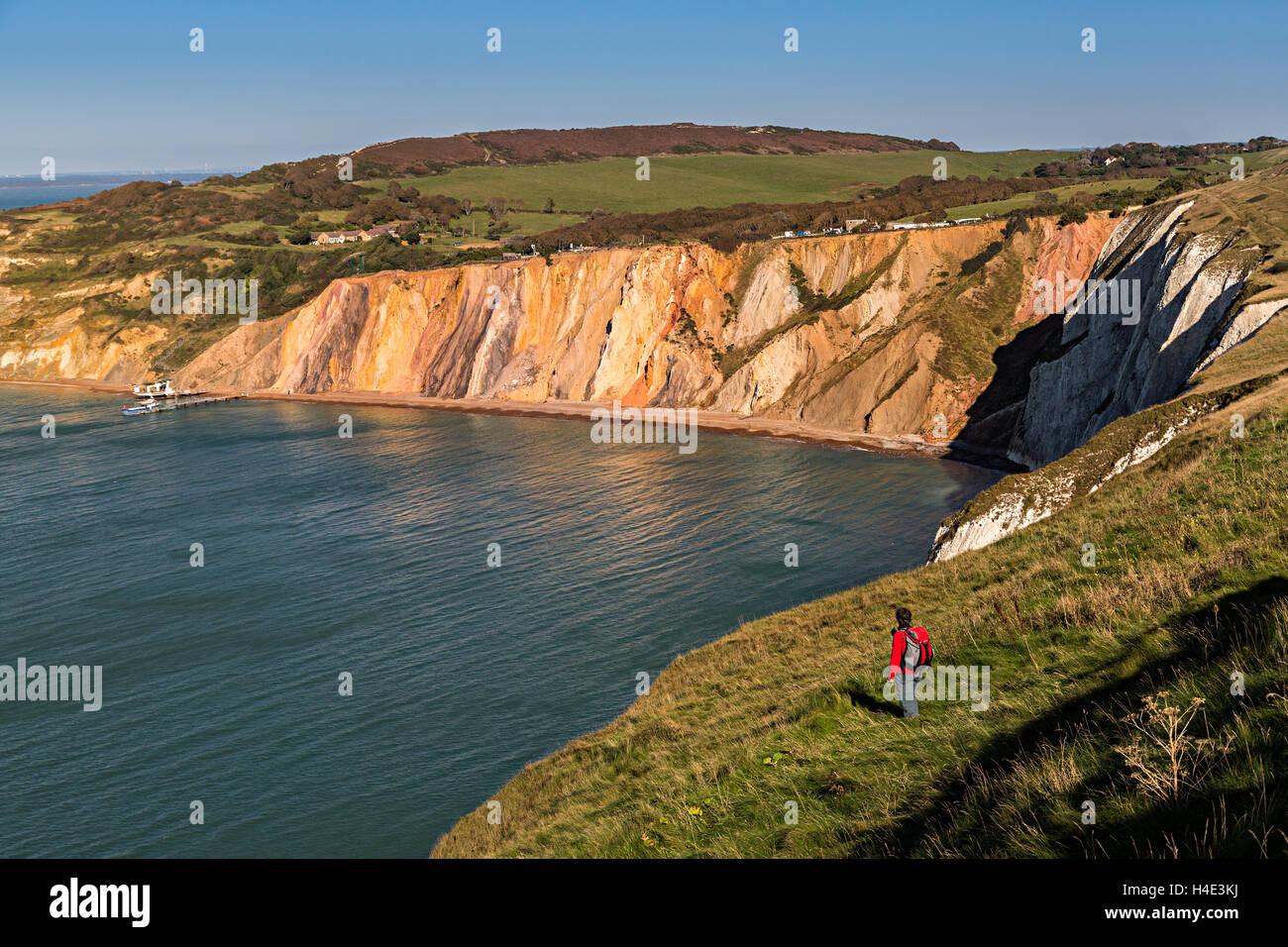 Wanderer an der Klippe Rand Alum Bay, Isle Of Wight, Großbritannien Stockfoto