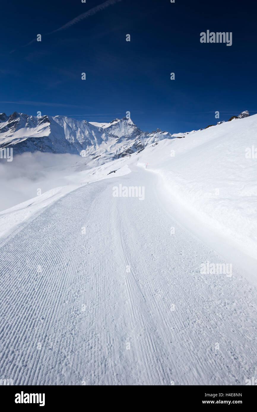 Blick auf Skipisten mit dem Cord Muster in Elm Ski Resort, Schweizer Alpen, Schweiz Stockbild
