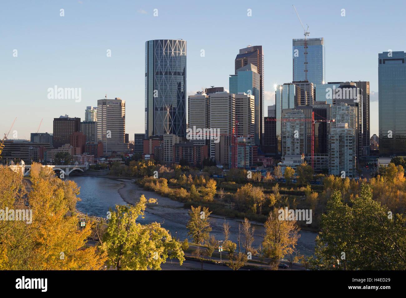 2016 Skyline von Calgary mit Bow River im Vordergrund Stockbild