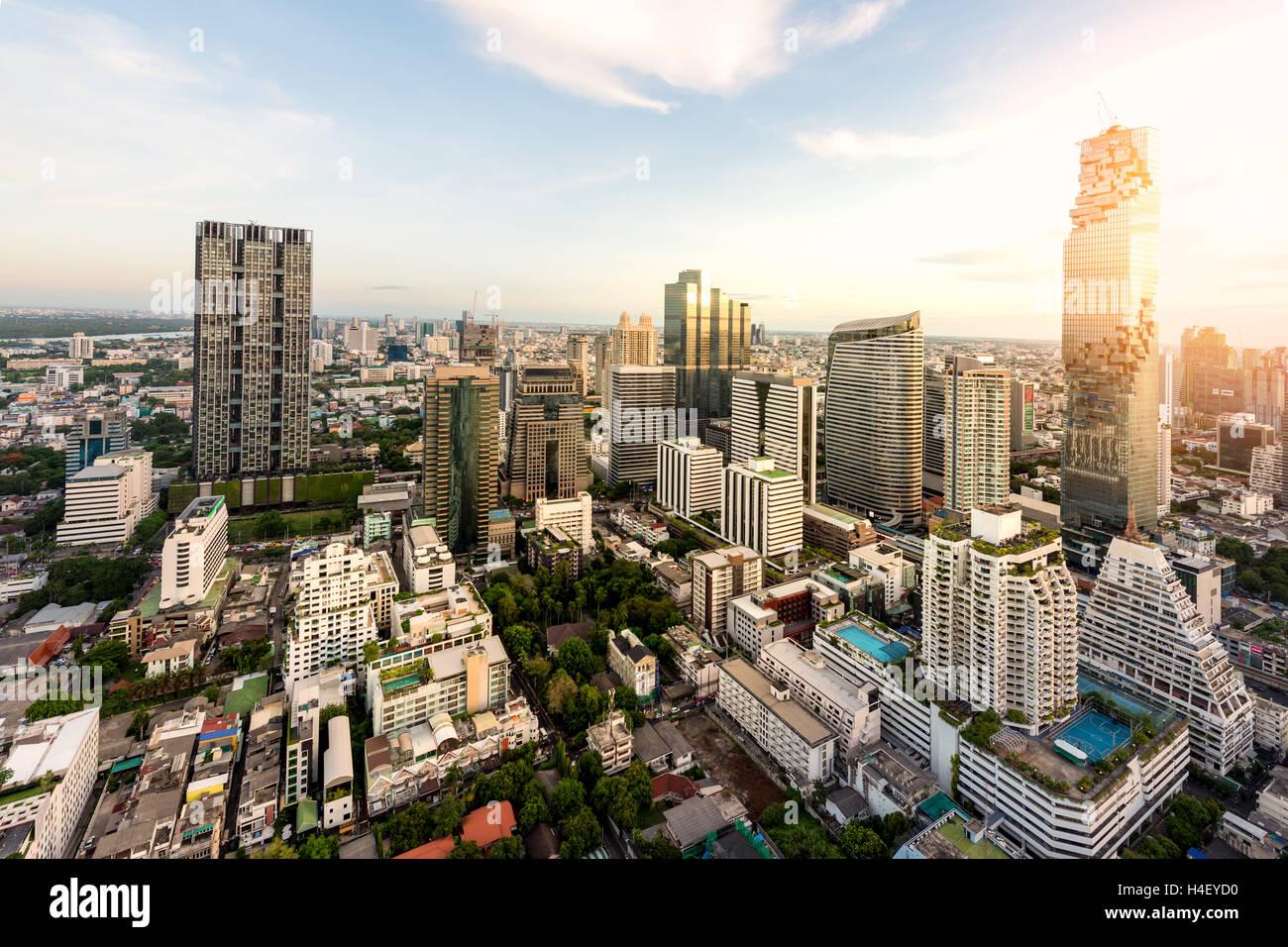 Bangkok-Nachtansicht mit Hochhaus im Geschäftsviertel in Bangkok Thailand. Stockbild