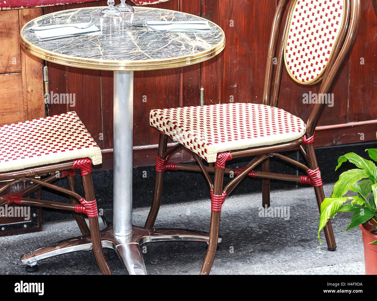 Kleiner runder Tisch mit zwei Stühlen in traditionellen äußeren Café ...