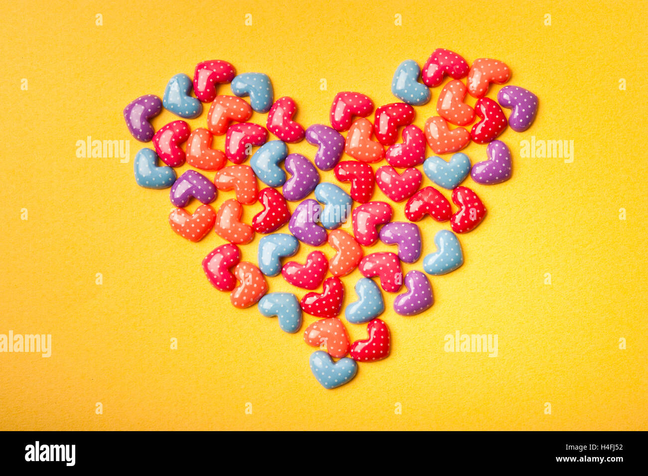Herzform mit Konfetti, Liebe Konzept Stockbild
