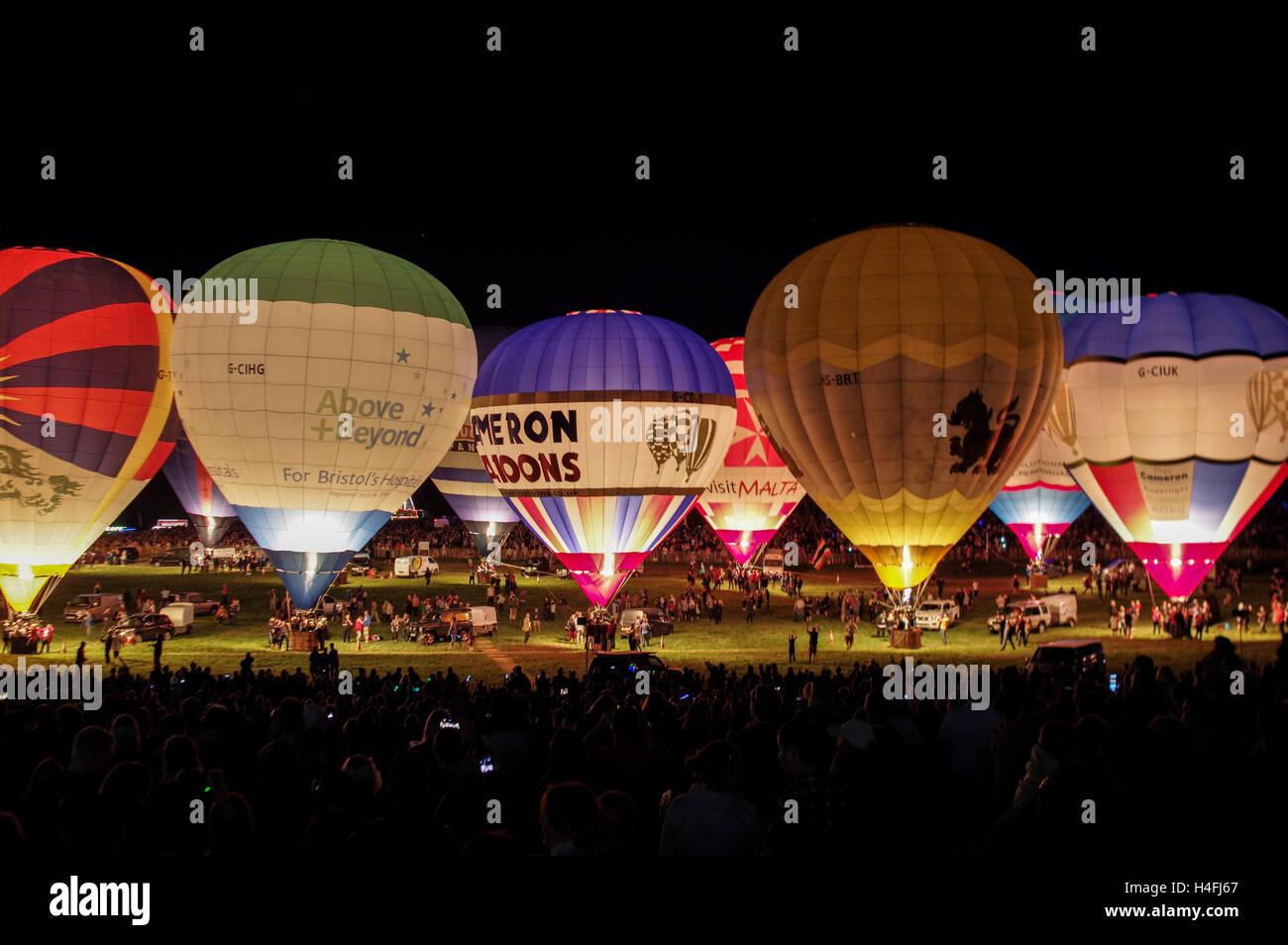 Heißluftballons gefüttert für 2016 Bristol Balloon Fiesta Nacht leuchtet Stockbild