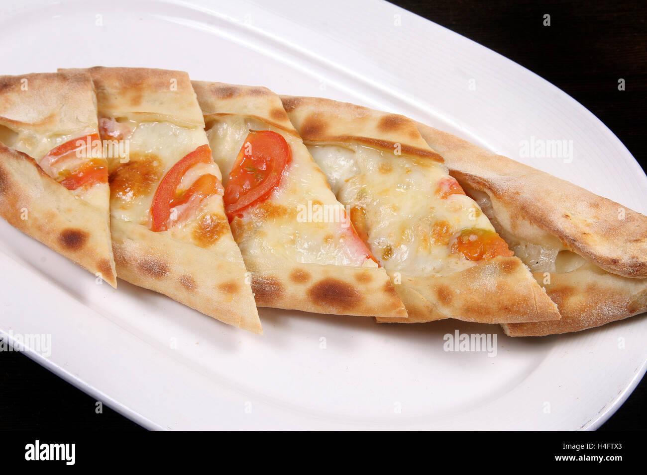Türkische Pizza Pide Tomaten Und Cheddar Käse Stockfoto Bild