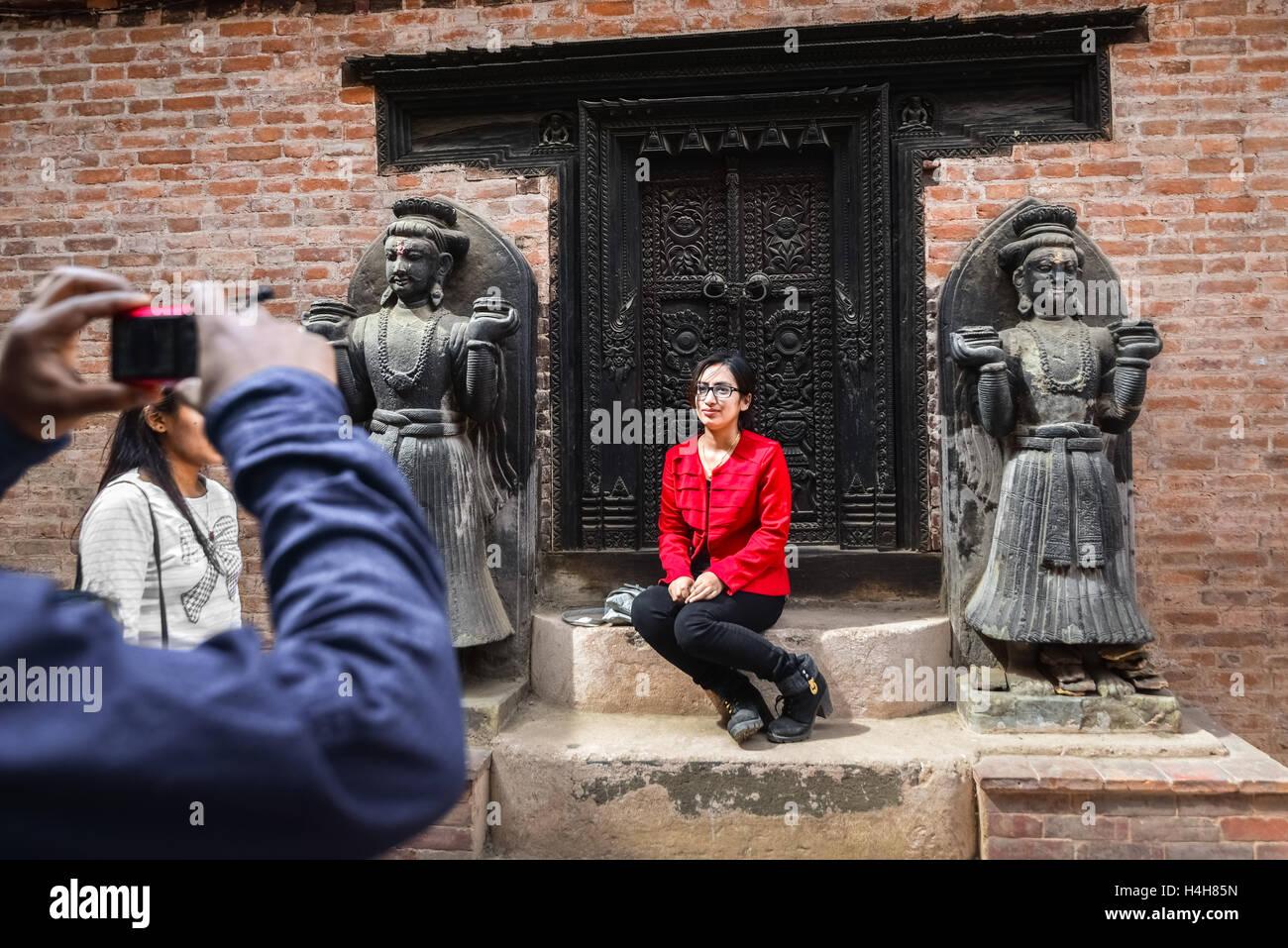 Menschen, die eine Aufnahme in das historische Gebäude von Bhaktapur, Nepal. © Reynold Sumayku Stockbild