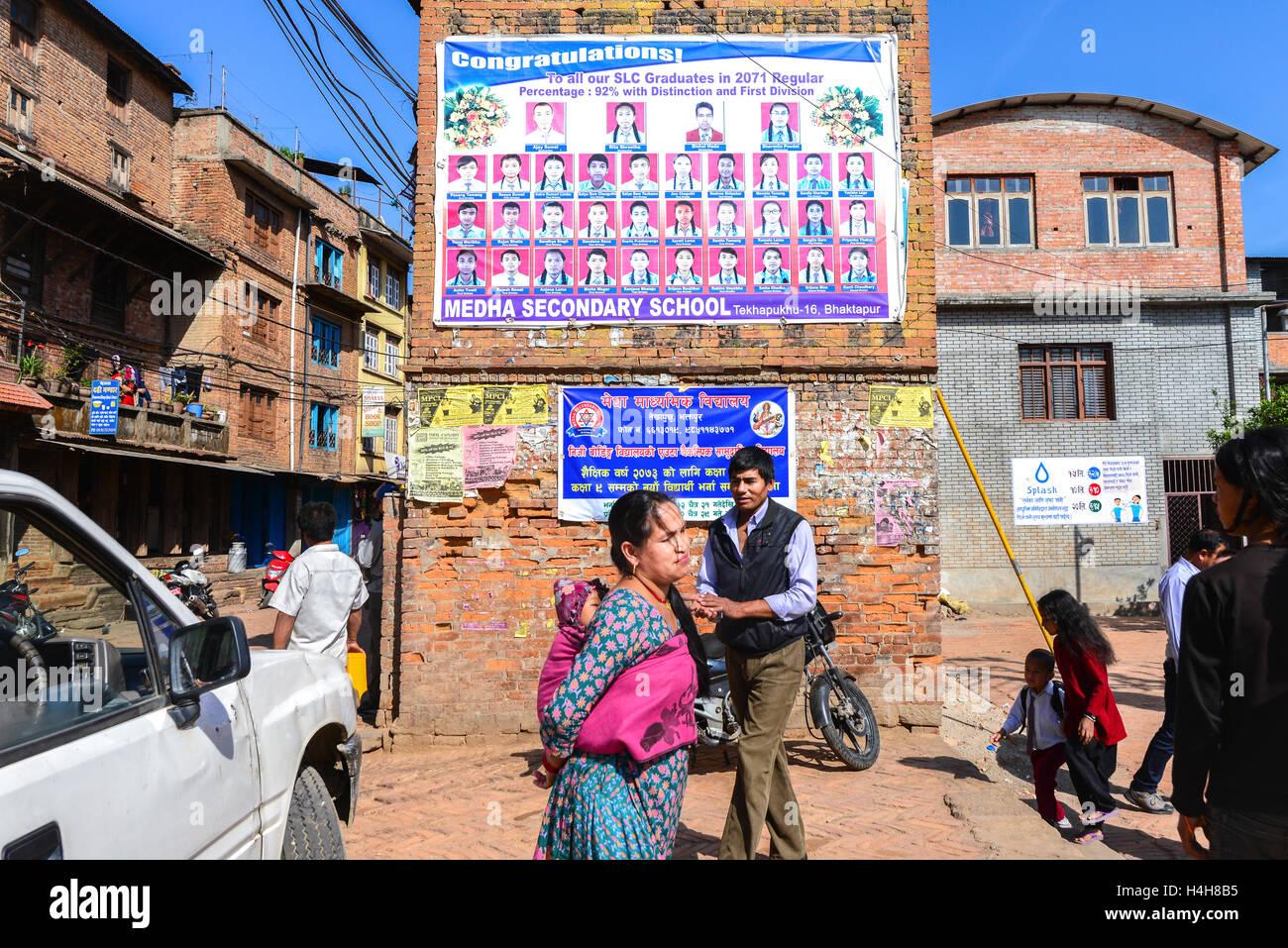 Szene des Alltags außerhalb einer öffentlichen Grundschule in Bhaktapur, Nepal. © Reynold Sumayku Stockbild