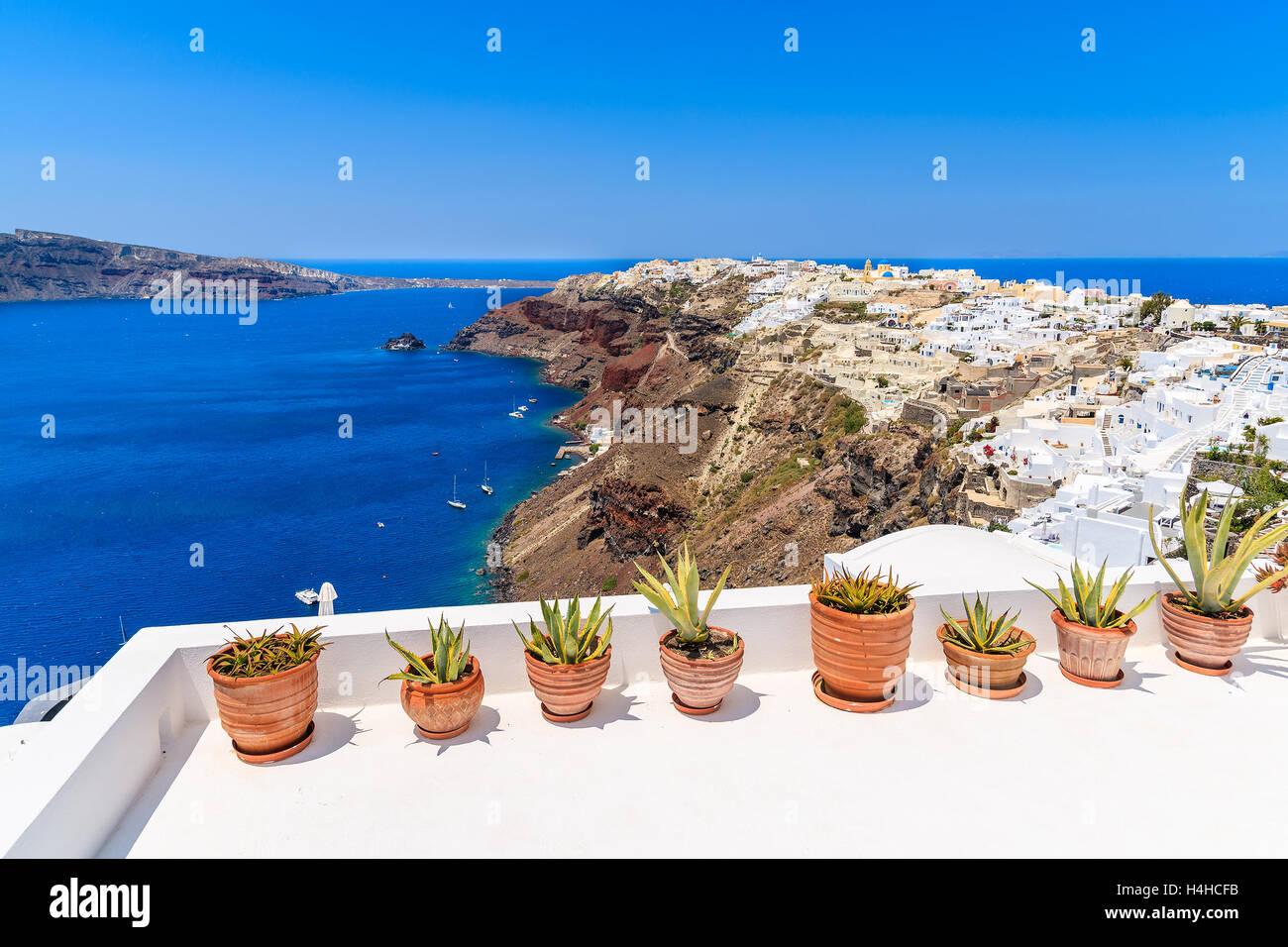 pflanzen in t pfen auf der terrasse mit blick auf dorf oia auf vulkan klippe santorin. Black Bedroom Furniture Sets. Home Design Ideas