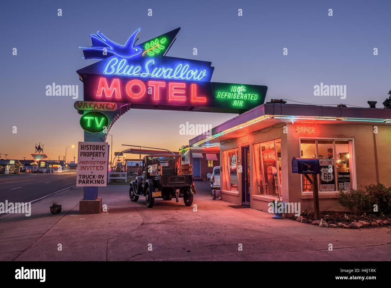 Historic Blue Swallow Motel mit einem Oldtimer während der blauen Stunde davor abgestellt Stockbild