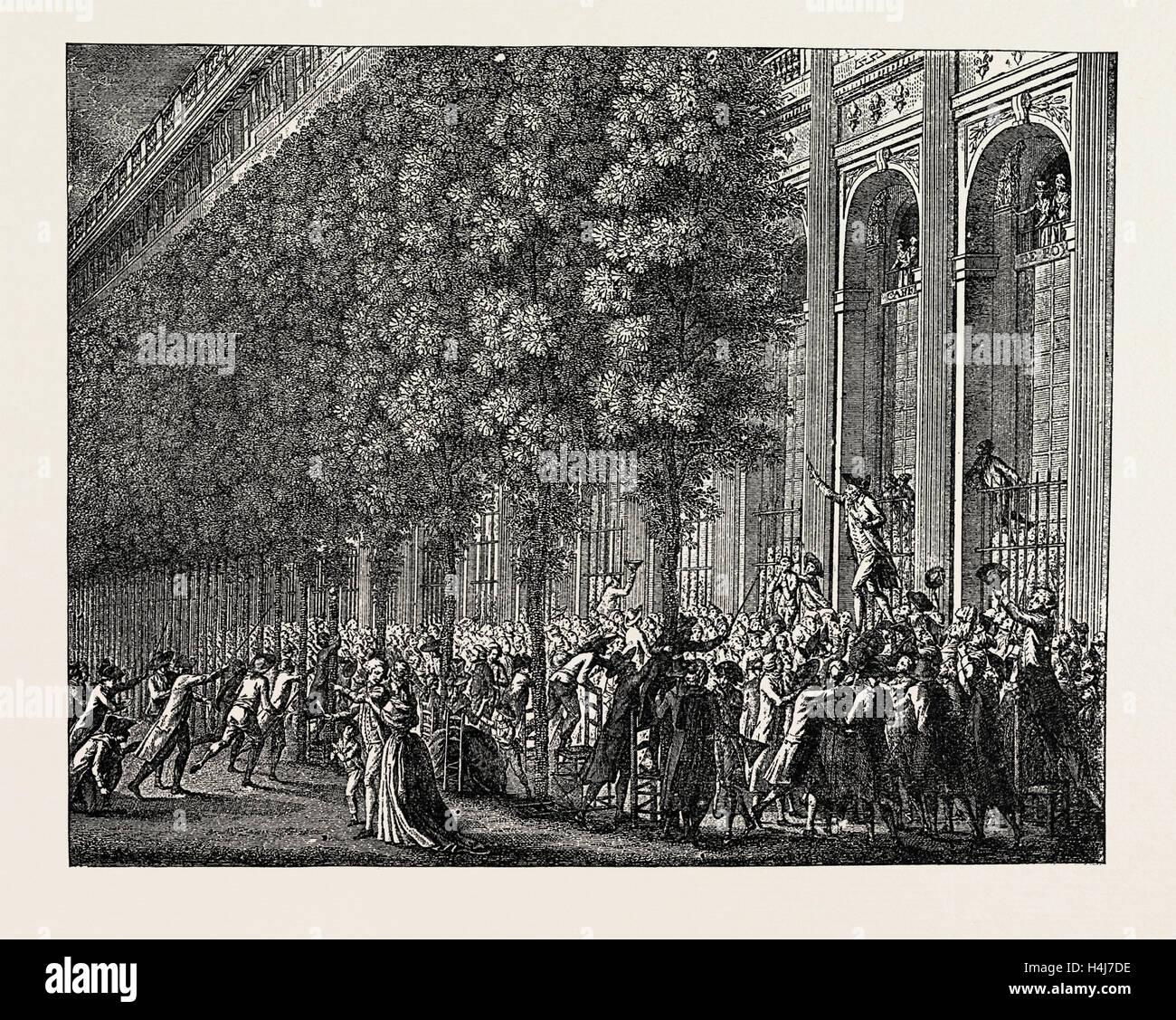 DIE FRANZÖSISCHE REVOLUTION: DESMOULINS RALLYE DIE LEUTE AUS DEM CAFÉ DE FOY, IM PALAIS ROYAL, 12. JULI Stockbild