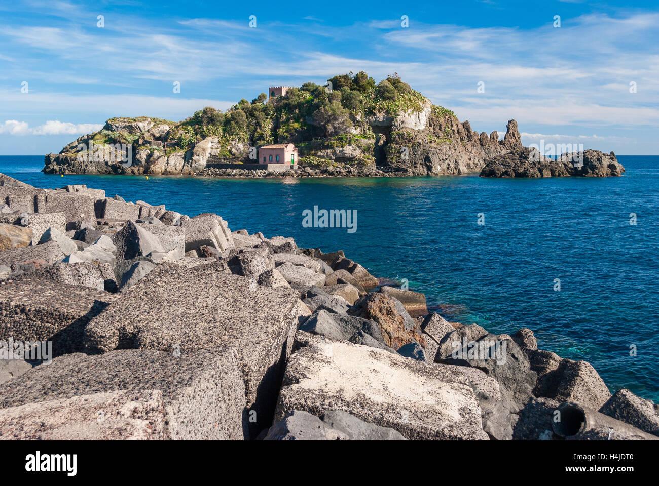 """Die Insel Lachea in der Küste der """"Riviera dei Ciclopi"""", in der Nähe von Catania Stockbild"""