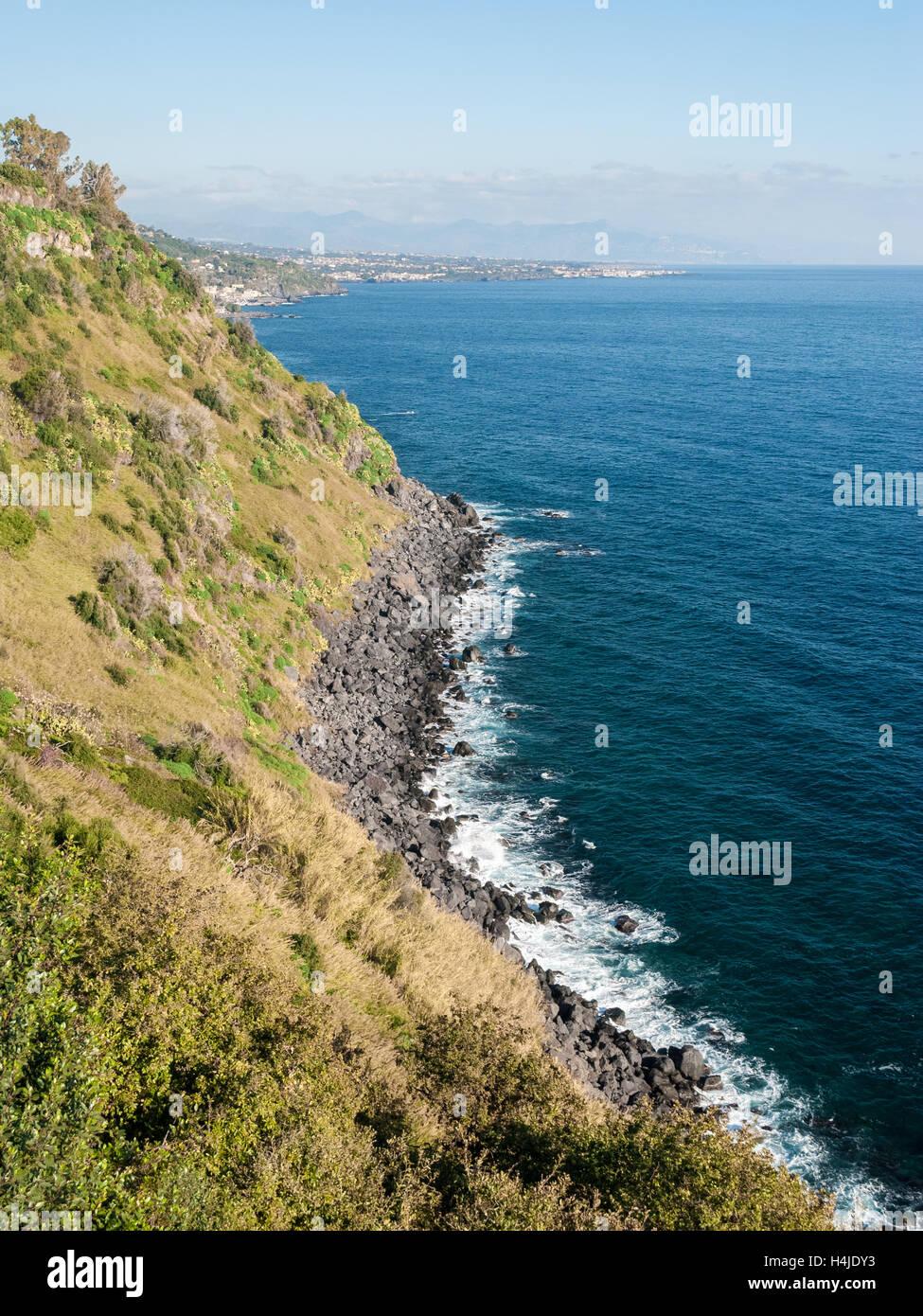 """Die Klippe namens """"Timpa' in der Nähe von Acireale, in der östlichen Küste von Sizilien Stockbild"""