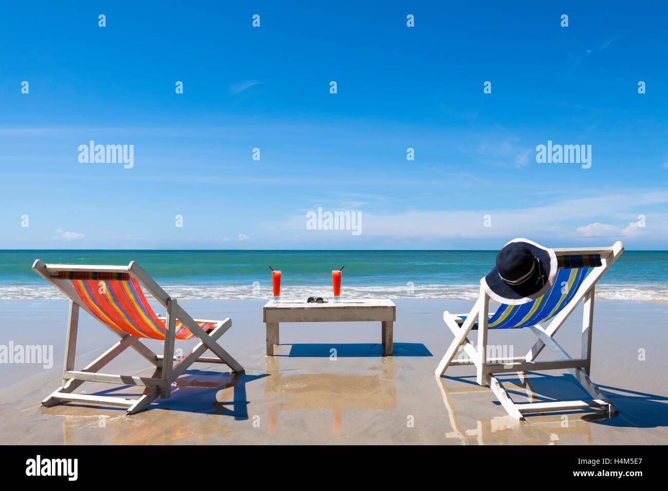 freizeit am strand zwei liegest hle mit cocktail und sonnenbrille sonnigen sommertag stockfoto. Black Bedroom Furniture Sets. Home Design Ideas
