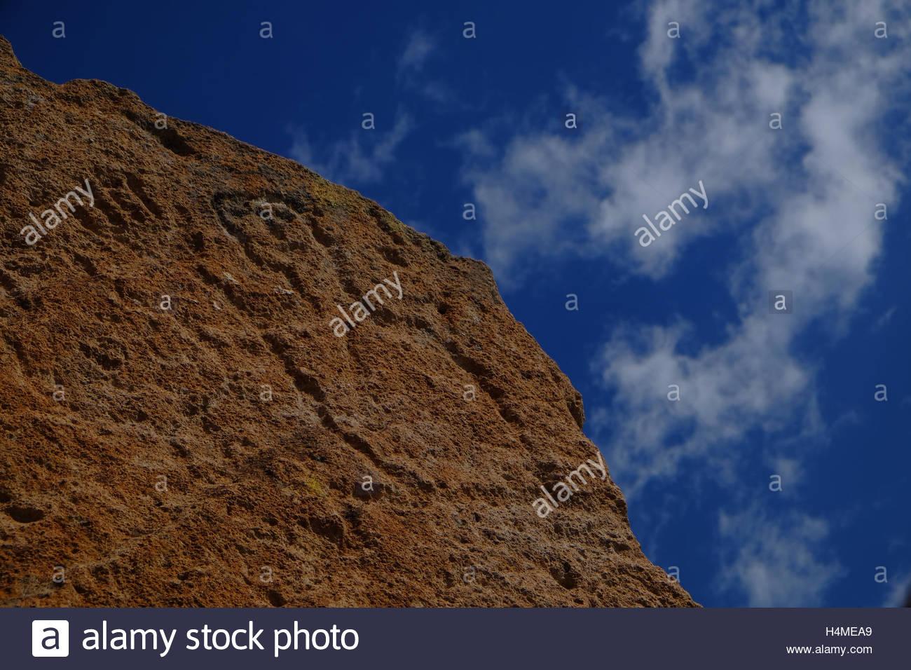 Eine alte Pueblo-Piktogramm eines Mannes mit einer erhobenen Hand geschnitzt in die Seite des einen Felsblock im Stockbild