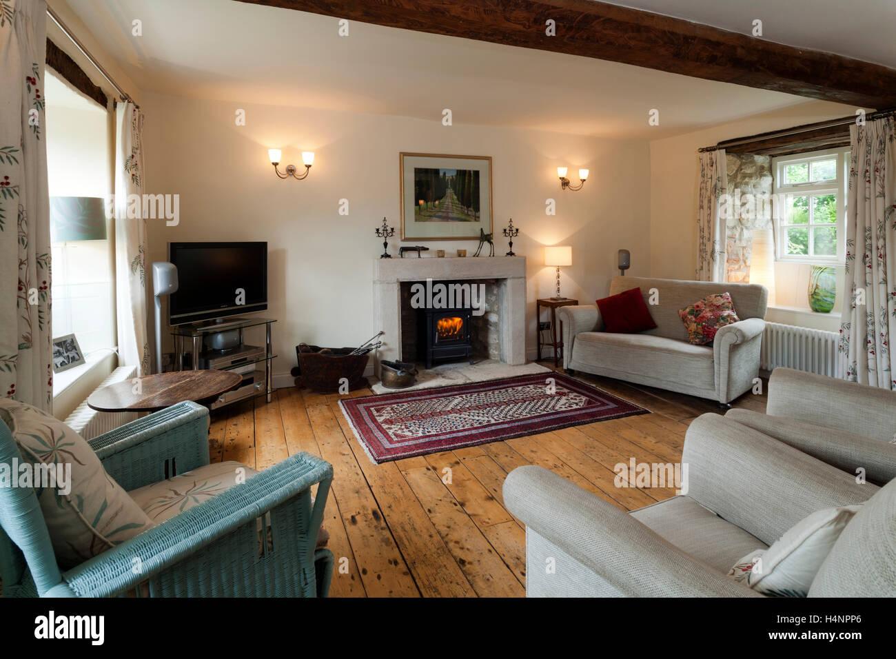 Abisolierten Dielen Und Einfache Einrichtung In Einem Zeitraum Ferienhaus  Wohnzimmer