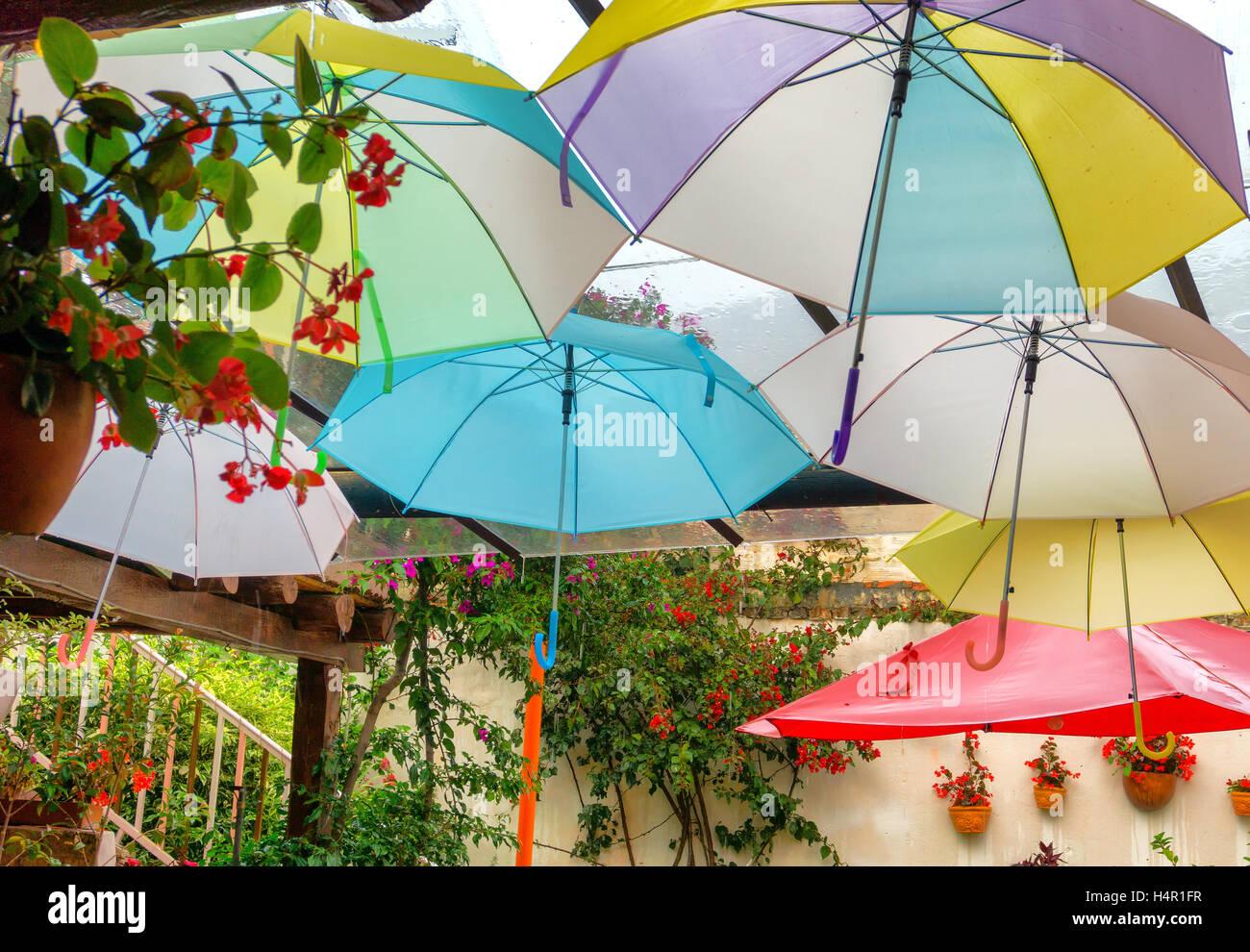 Bunte Schirme hängen in Villa de Leyva, Kolumbien Stockbild